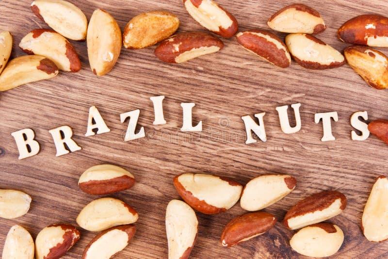 AufschriftParanüsse und Früchte als Quelle von natürlichen Mineralien und von Vitamin lizenzfreie stockbilder