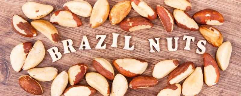 AufschriftParanüsse und Früchte als Quelle von natürlichen Mineralien und von Vitamin stockbilder