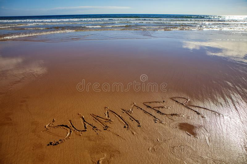 Aufschriftsommer auf dem Sand lizenzfreies stockfoto