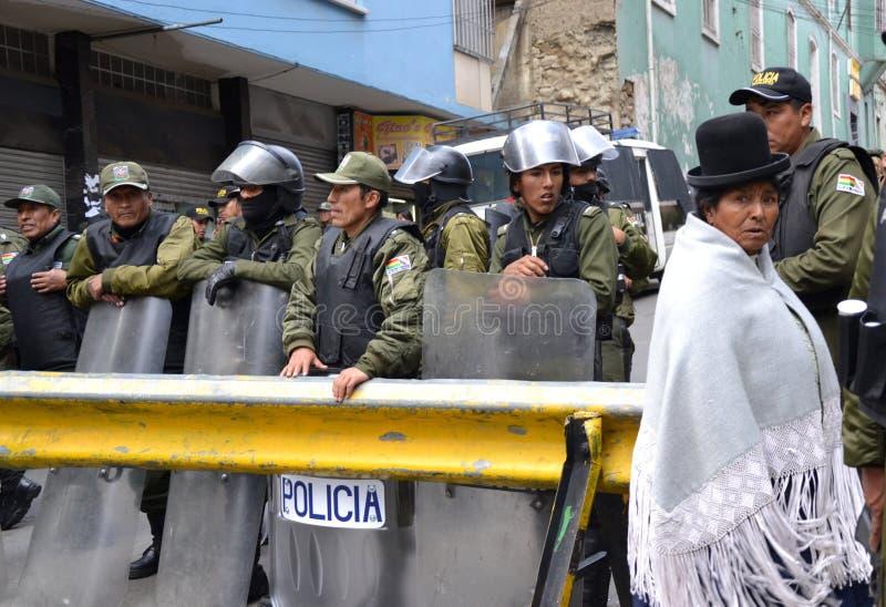 Aufstand-Polizei und Zivilist in Bolivien stockbild