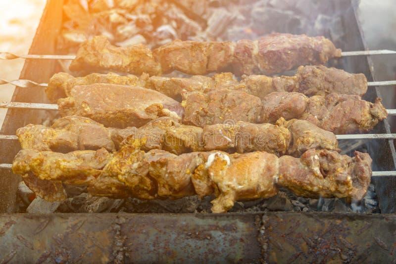 Aufsteckspindeln mit Fleischkebabs auf dem Grill mit Rauche lizenzfreie stockfotos