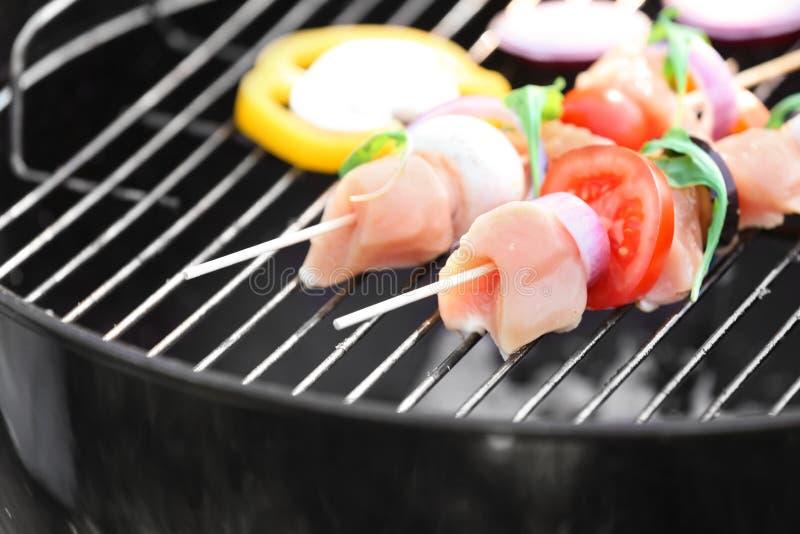 Aufsteckspindeln mit rohem Fleisch und Gemüse auf Grillgrill, Nahaufnahme lizenzfreie stockfotografie