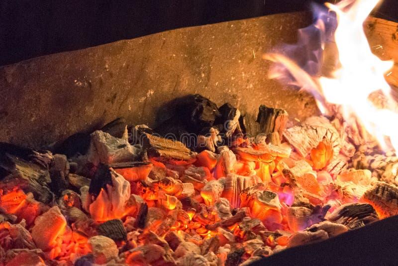 Aufsteckspindeln und Grill auf einem offenen Feuer stockbilder