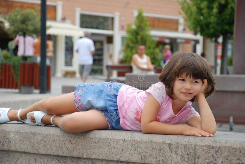 Aufstellung des jungen Mädchens lizenzfreie stockbilder