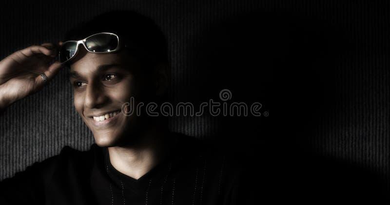 Aufstellung des jungen Mannes lizenzfreie stockfotografie