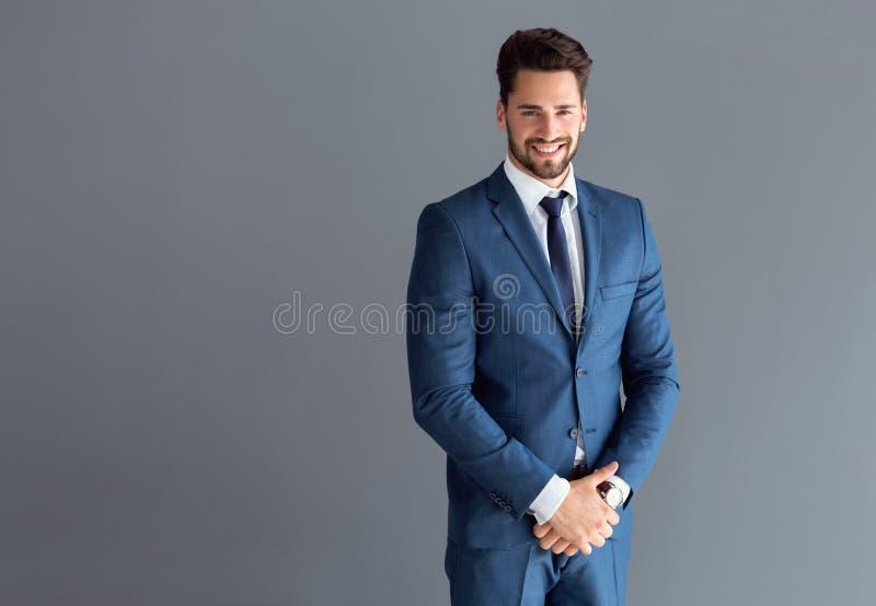 Aufstellung des schönen Mannes stockfotos