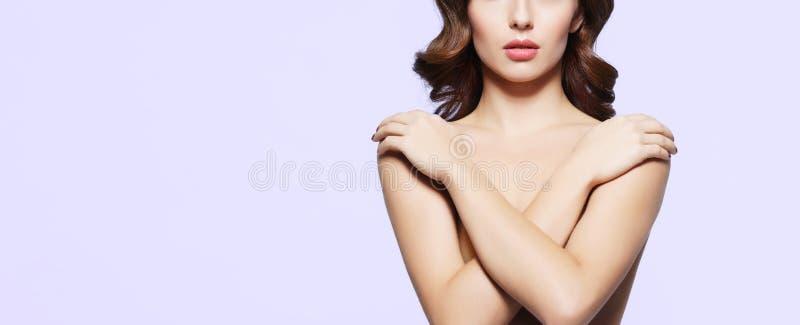 Aufstellung des schönen, sexy, jungen Mädchens schulterfrei Porträt einer Frau stockfotografie