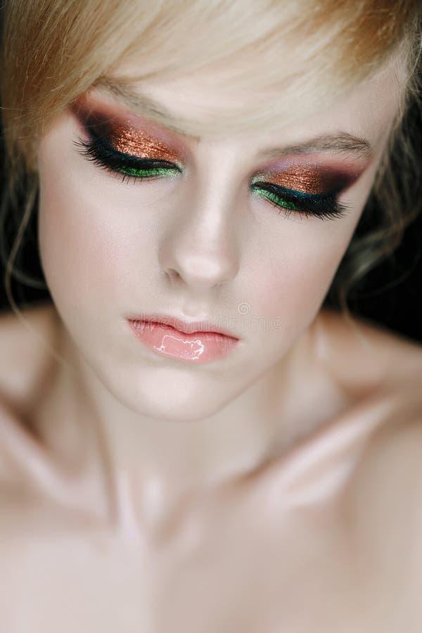 Aufstellung des Schönheits-Junge-Frauen-Modells mit geschlossenen Augen lizenzfreie stockfotos