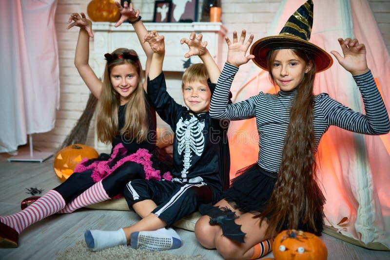 Aufstellung für Fotografie an Halloween-Partei stockfotografie