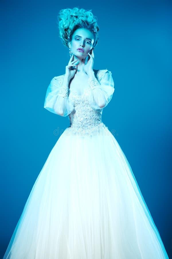 Aufstellung im flaumigen Kleid lizenzfreies stockbild