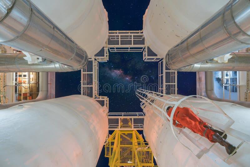 Aufstieg bis zur Öl- und Gasverfahrenstechnischen anlage zum Beobachter ausführend, gasen Sie die Dehydrierung, die in der Nachts lizenzfreies stockbild