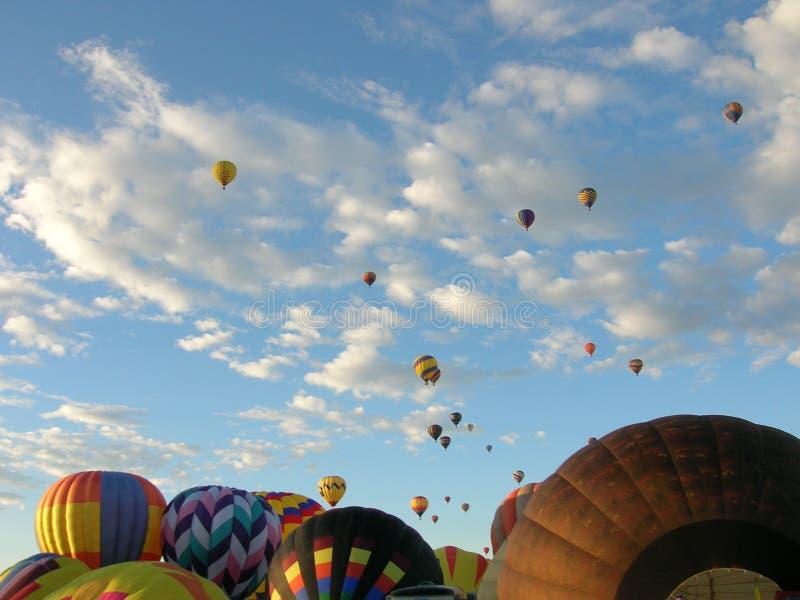 Aufstieg der Heißluft-Ballone lizenzfreies stockbild