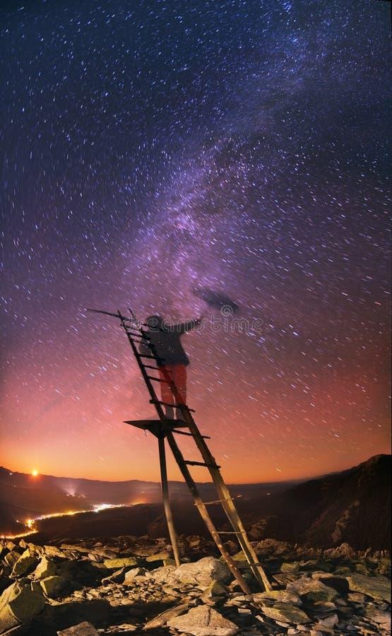 Aufstieg der Milchstraße unter Sternen regnen stockfotos