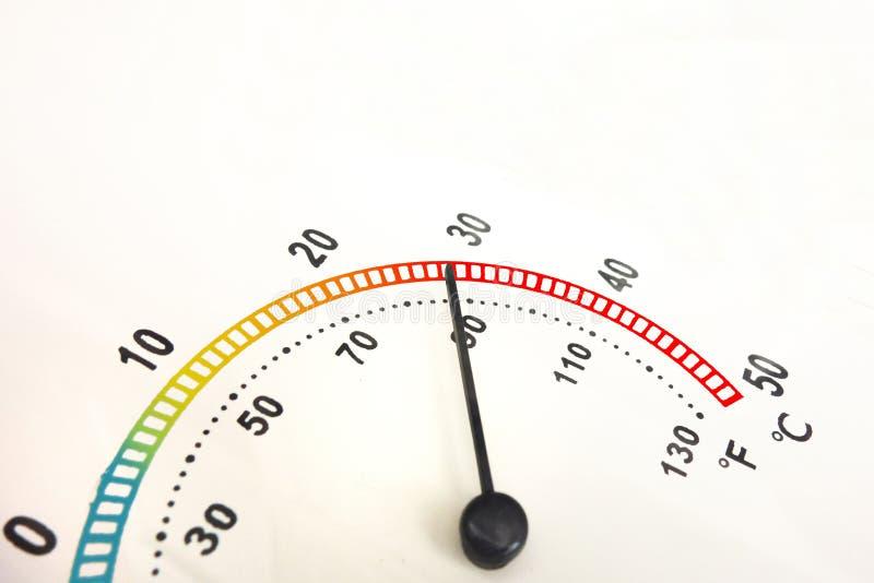 Aufstieg des Temperaturkonzeptes Nahaufnahme des analogen Nadelthermometers mit Farbskala der Steigung und schwarzen Zahlen kopie stockfotos