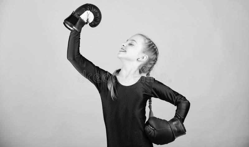 Aufstieg Frauenboxer Weibliche Boxer?nderungshaltung innerhalb des Sports Frei und ?berzeugt Netter Boxer des M?dchens auf blauem stockfotografie