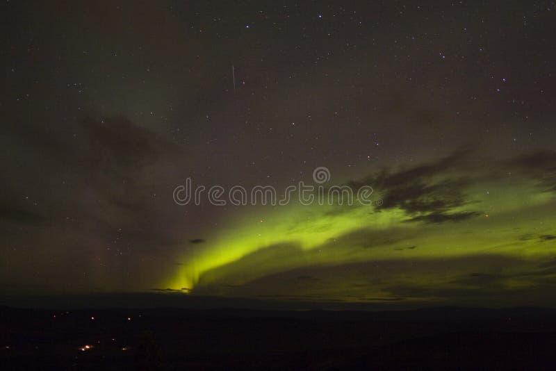Auftauchender Auroralichtbogen mit Meteor lizenzfreie stockfotografie