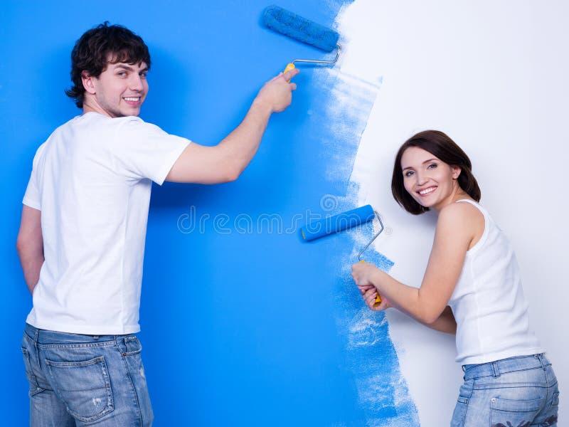 Auftragen der Wand durch glückliche Leute stockfoto