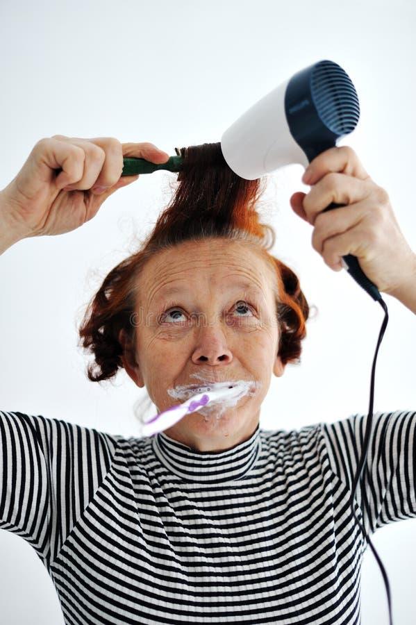 Auftragende Zähne der älteren Frau lizenzfreies stockbild