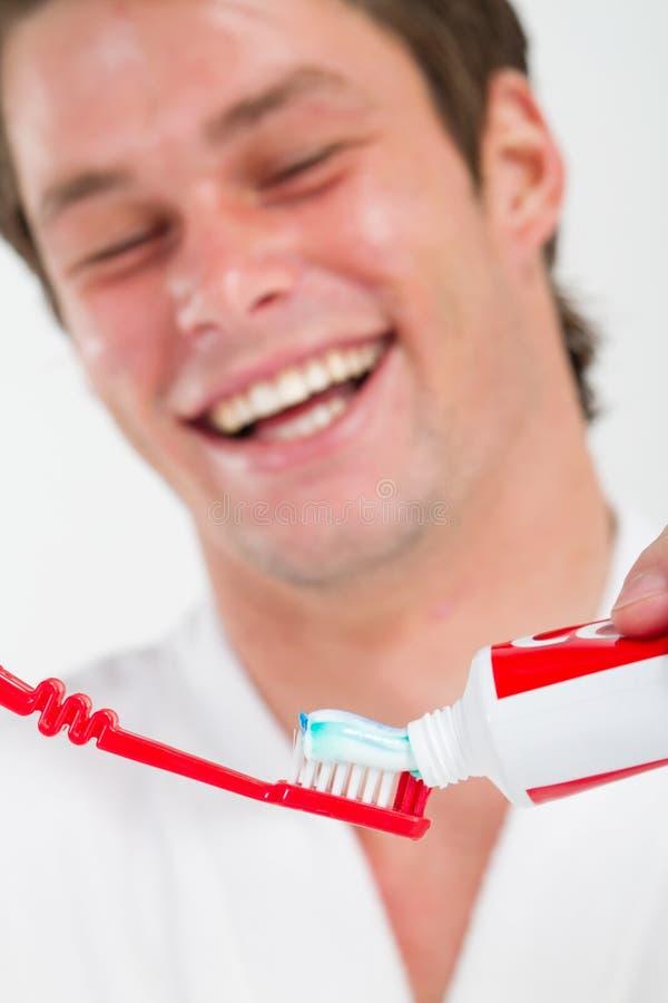 Auftragende Zähne des Mannes stockbilder