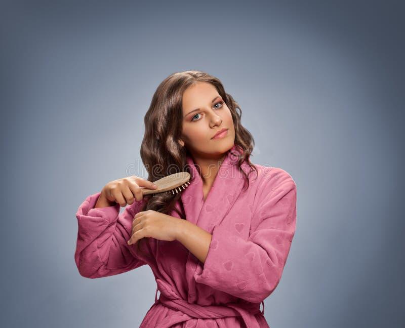 Auftragendes Haar der schönen Frau stockbilder