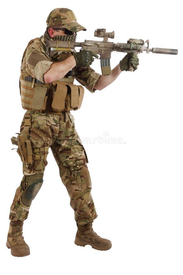 Auftragnehmer Private Military Company mit Sturmgewehr lizenzfreie stockfotos