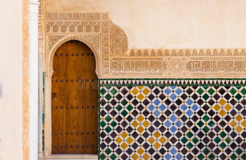 Aufwändige arabische Tür in Alhambra stockfoto