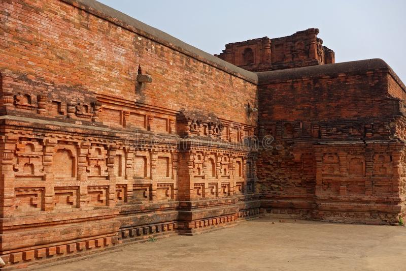 Aufwändige Backsteinmauer Nalanda stockbilder