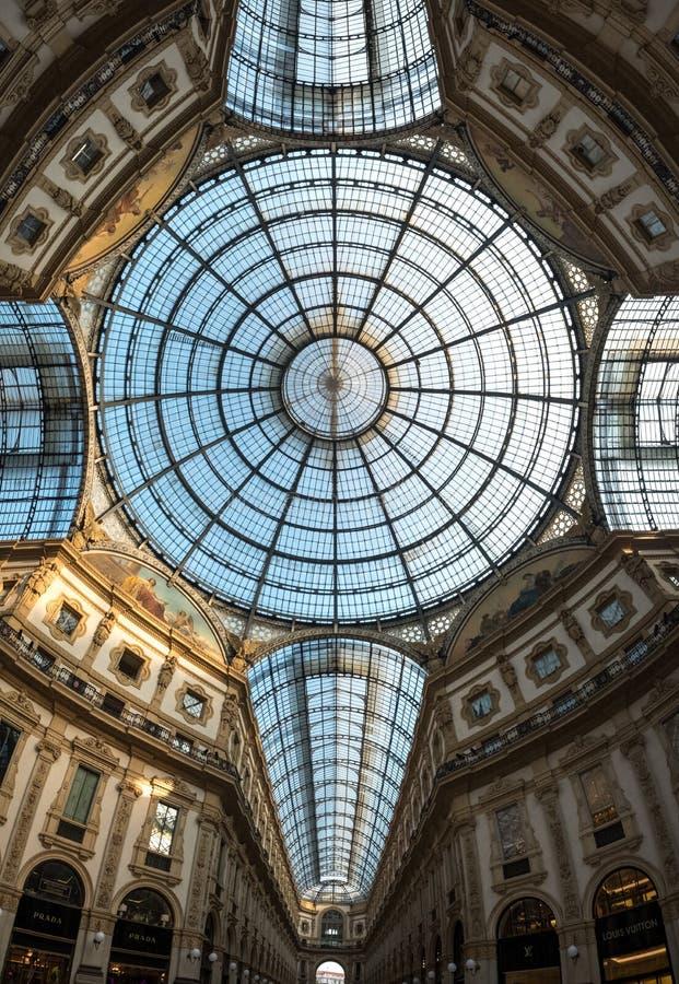 Aufwändige Glasdecke in ikonenhaftem Einkaufszentrum Galleria-Vittorio Emanueles II, gelegen nahe bei der Kathedrale in Mailand,  stockfoto