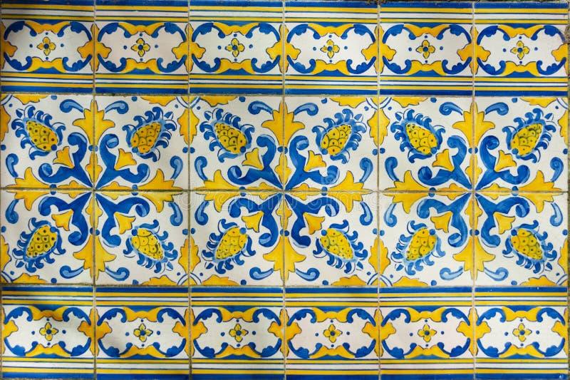 Aufwändige hell farbige portugiesische Fliesenbeschaffenheit in Blauem und in Gelbem lizenzfreie stockfotografie