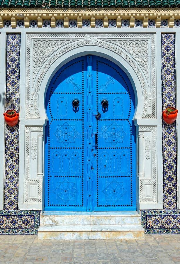 Aufwändige Tür in Kairouan, Tunesien stockfoto