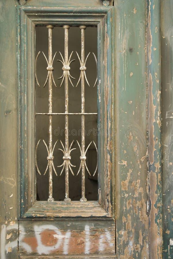 Aufwändige Tür mit Schalenlack und -Graffiti. lizenzfreies stockfoto