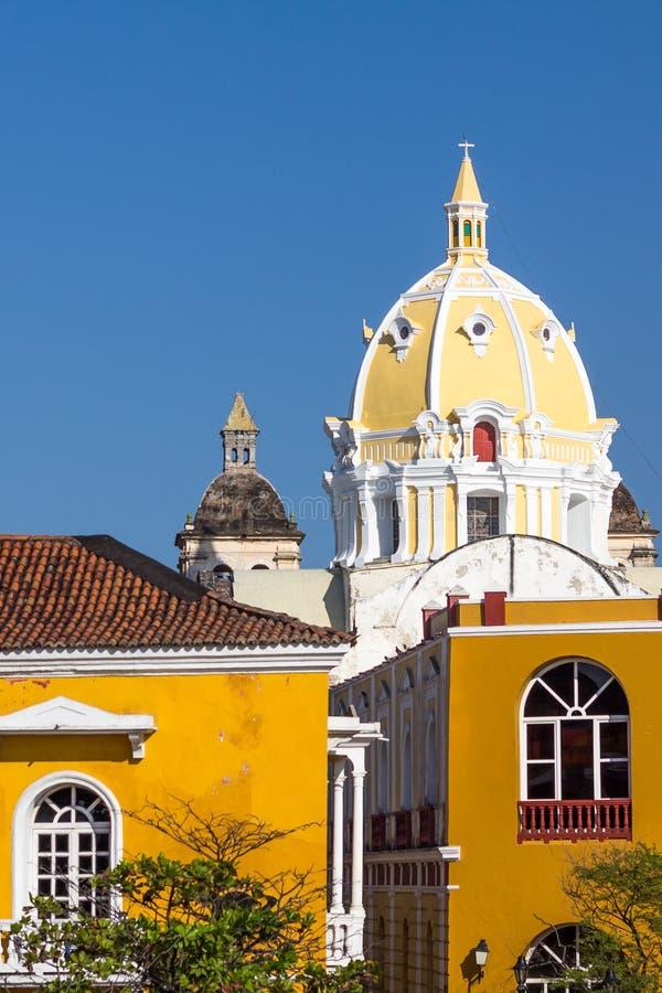 Aufwändige Zitrone und weiße Haube der Kirche, historisches Cartagena, Colom lizenzfreies stockfoto