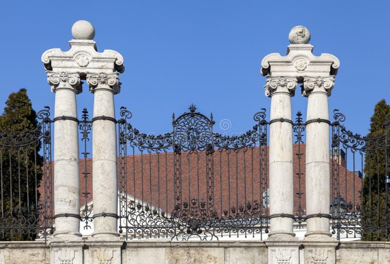 Aufwändiger bearbeiteter Zaun in Budapest stockbild