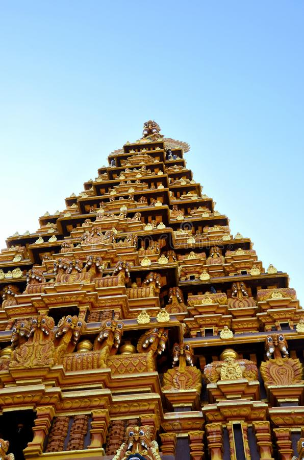 Aufwändiger gopuram Pagodenturm mit Skulpturgöttern an hindischem Tempel Jaffna Sri Lanka Nallur Kandaswamy Kovil lizenzfreie stockbilder