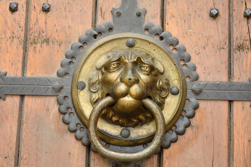 Aufwändiger Türgriff, der Löweporträt auf brauner Holztür von Thomaskirche in Leipzig darstellt stockfoto