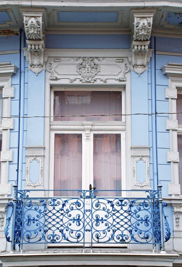 Aufwändiges barockes Fenster mit einem Balkon im alten blauen Gebäude lizenzfreies stockfoto