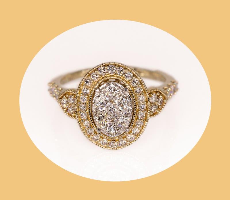 Aufwändiges gelbes Gold und weißer Diamond Halo Ring lizenzfreie stockbilder