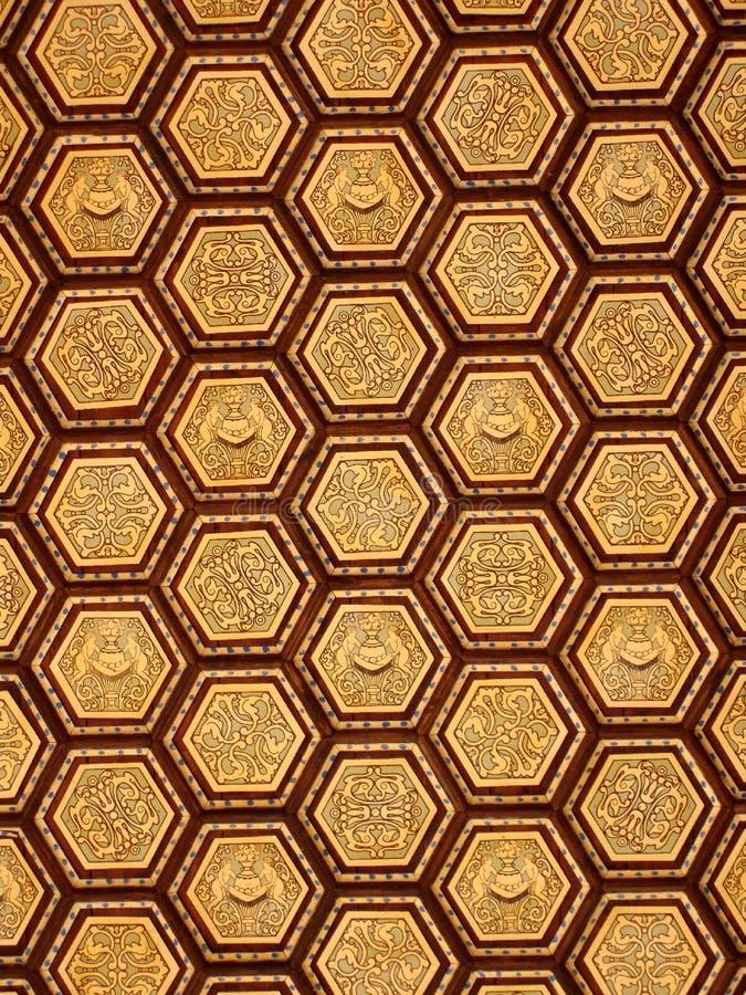 Aufwändiges goldenes Deckenmuster des Hexagons lizenzfreies stockbild