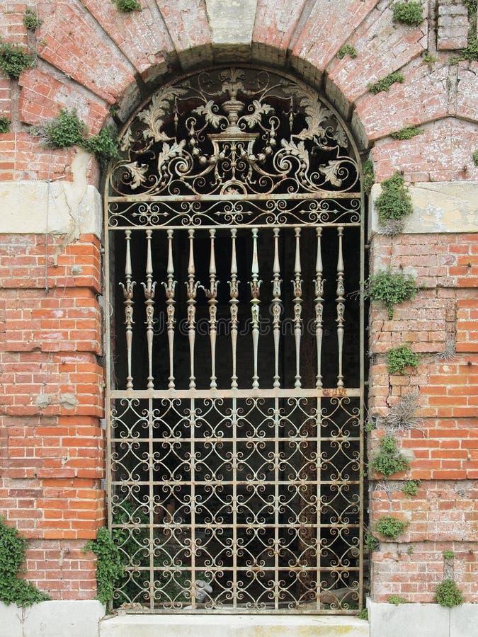 Aufwändiges viktorianisches englisches Eisentor lizenzfreies stockfoto
