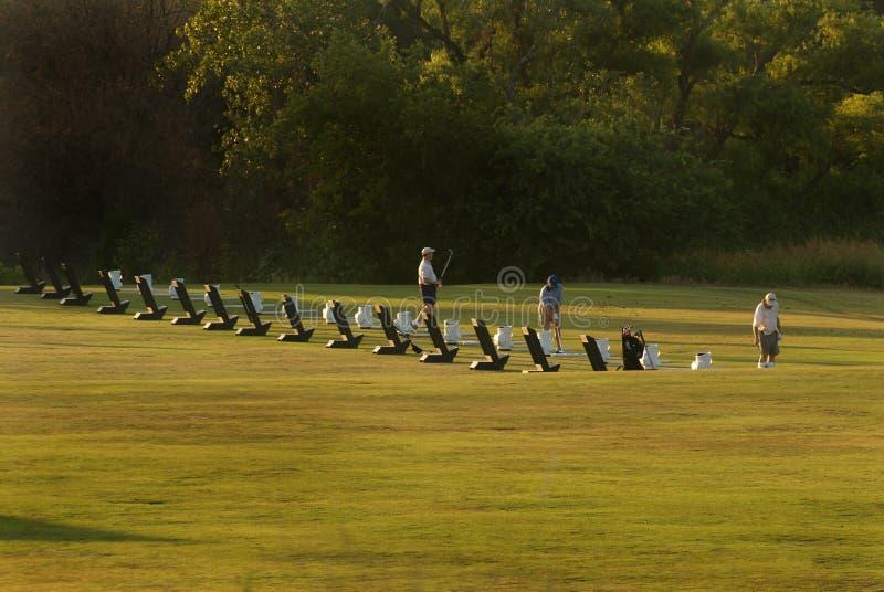Aufwärmende Golfspieler lizenzfreie stockbilder