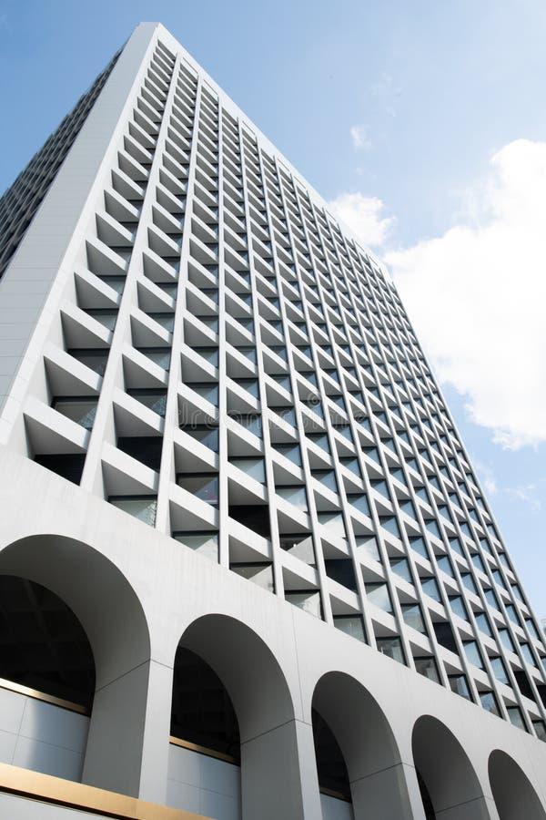 Aufwärts Ansicht des hellen hellen quadratischen Tagesmusters der Fenster der Architekturgebäude draußen symmetrischen stockfotografie