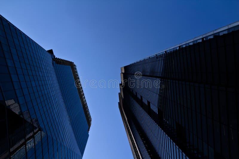 Aufwärts Ansicht moderner London-Architektur im Hauptfinanzbezirk die Stadt lizenzfreies stockbild