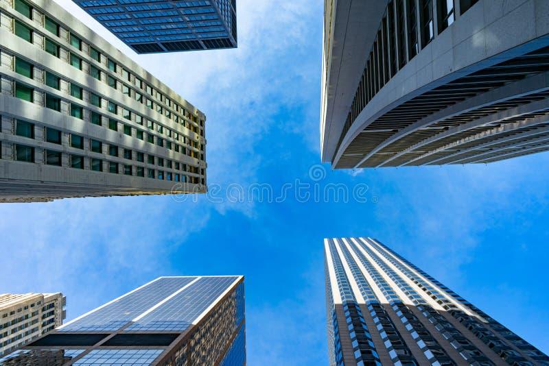 Aufwärts Ansicht von mehrfachen Wolkenkratzern in im Stadtzentrum gelegenem Chicago lizenzfreies stockfoto