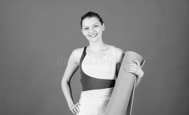 Aufw?rmen vor der Ausbildung Yogaklassenkonzept Yogahobby und -sport ?bendes Yoga jeden Tag D?nner geeigneter Athlet des M?dchens stockfotos