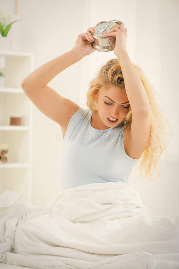 Aufwachen von einem profunden Schlaf lizenzfreie stockfotografie