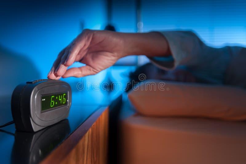 Aufwachen zu einem Wecker stockfoto