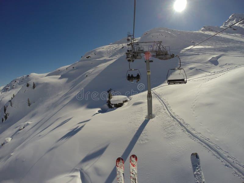 Aufwartung in den Skiaufzug stockbild
