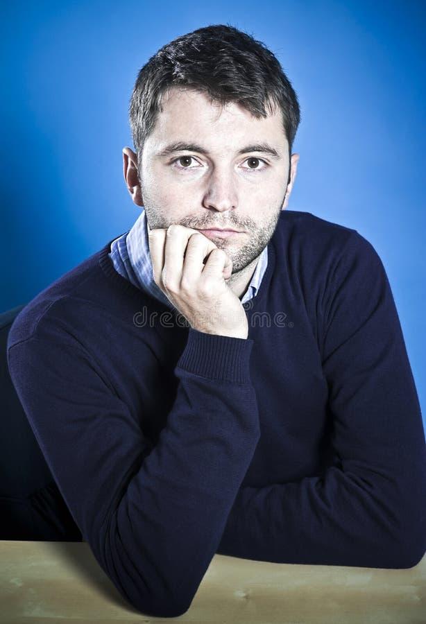 Aufwartung des jungen Mannes stockfoto
