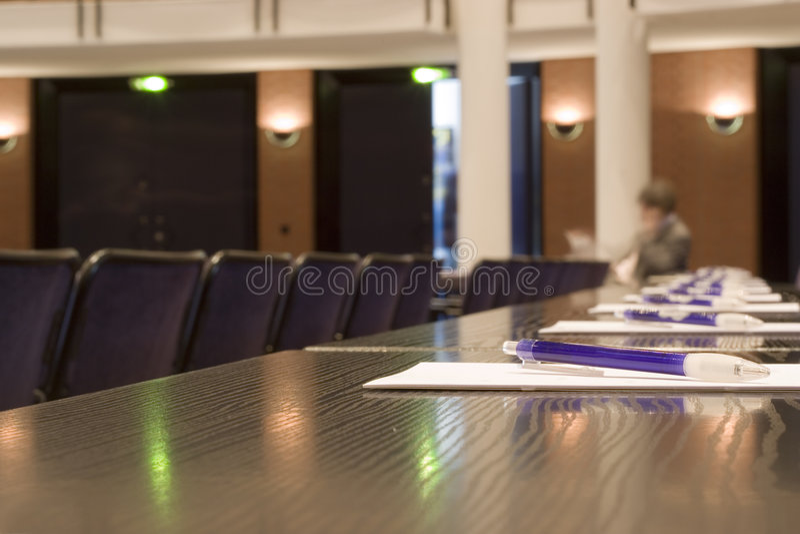 Aufwartung in einen Konferenzsaal lizenzfreie stockfotos