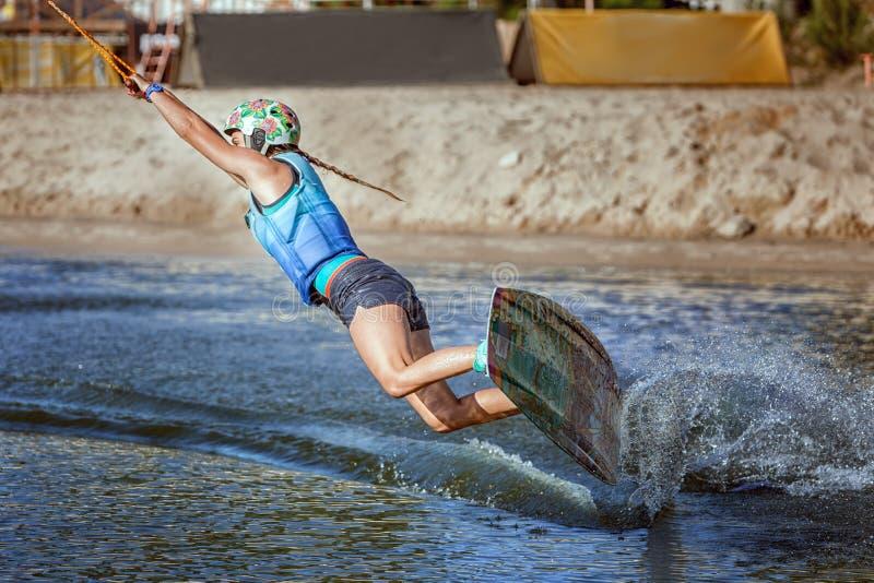 Aufwecken auf einem wakeboard stockbild